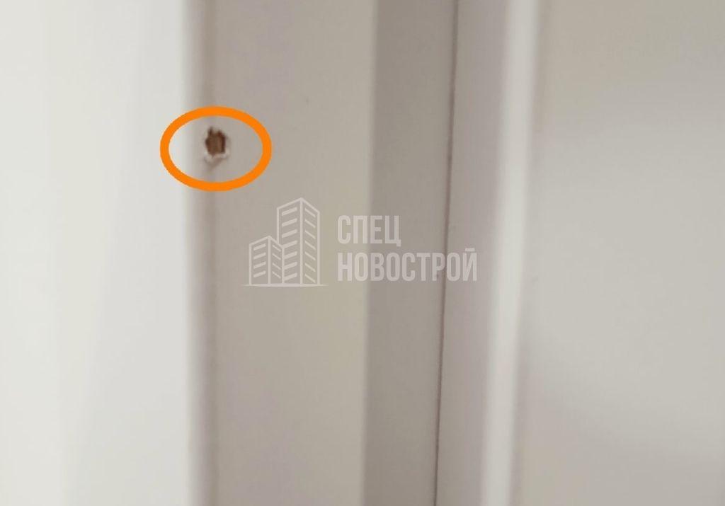 скол ламинации на наличнике дверного блока