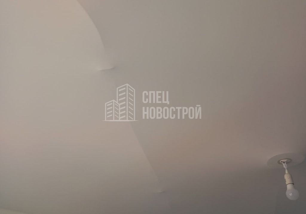 втягивание полотен натяжного потолка при открытии окон