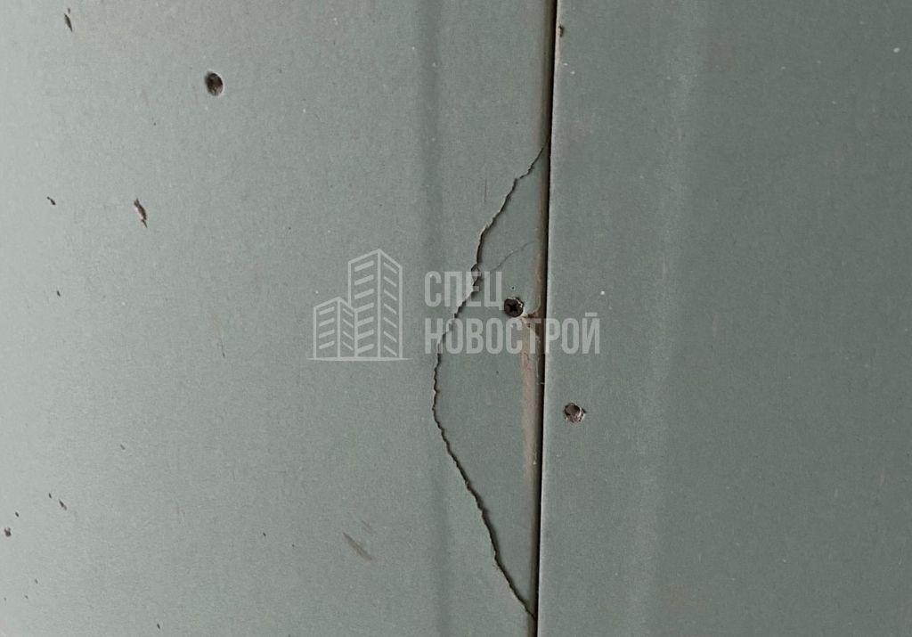 повреждение на стене санузла из ГКЛ