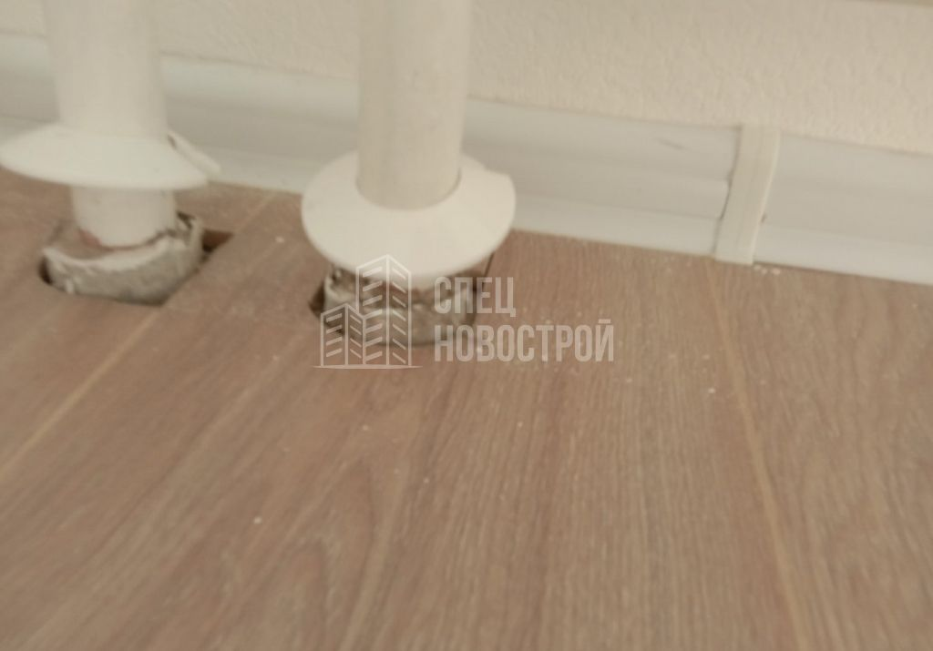 декоративные обводы труб отопления на закреплены и не примыкают к полу