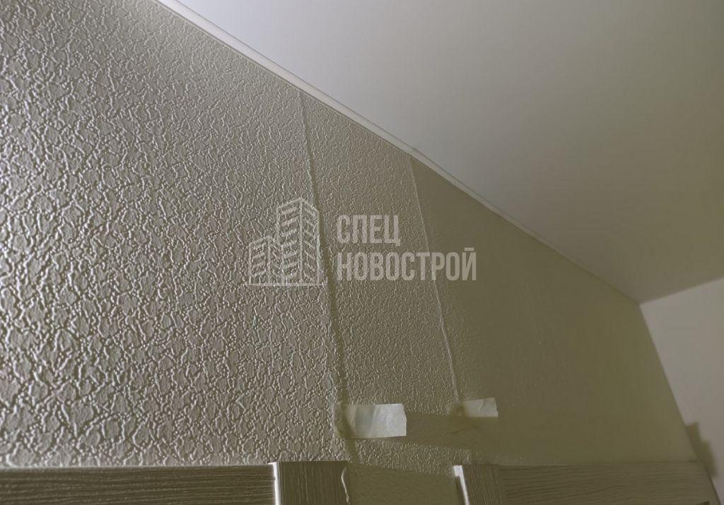 морщины на обойных полотнах (возможно трещина в кладке стены)