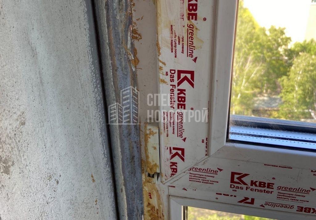 остатки монтажной пены на профиле рамы оконного блока