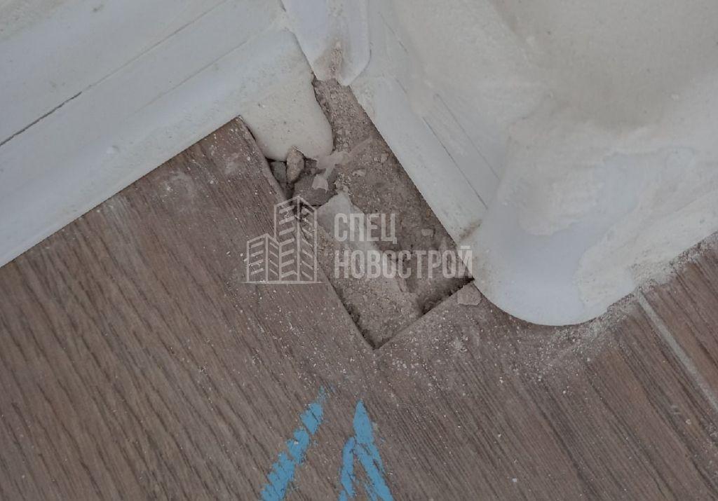 коротко подрезан ламинат возле напольного плинтуса (отсутствует часть ламината)