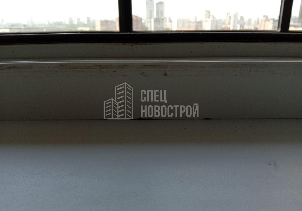отсутствие герметизации на примыкании подоконника к раме окна