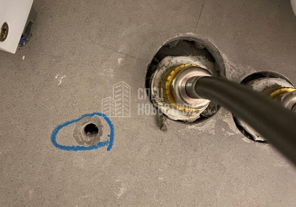 наличие засверленного отверстия на элементе настенной плитки в санузле