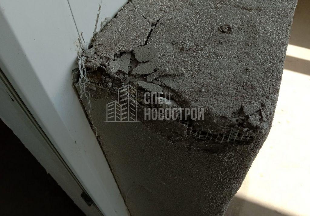 механические повреждения на отделки откоса балконного блока с внешней стороны