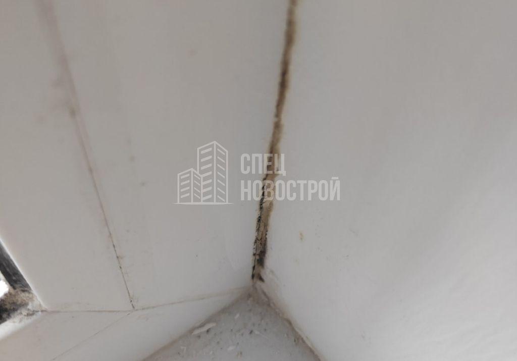 следы инфильтрации наружного воздуха на профиле оконного блока и откосе (пыль, грязь)