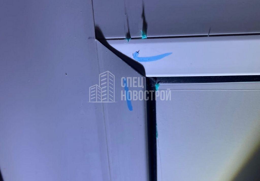 уступ между смежными штапиками сендвич-панели балконной двери