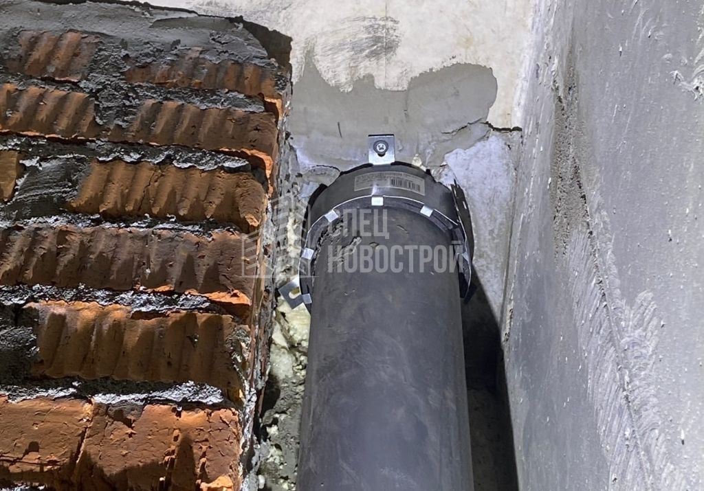 отсутствует часть креплений противопожарной муфты трубы канализации санузла