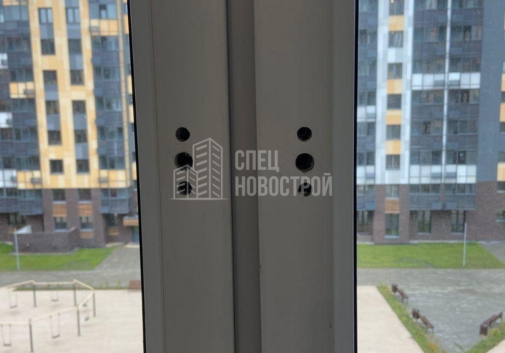 отсутствуют ручки на створках оконных блоков и двери балконного блока