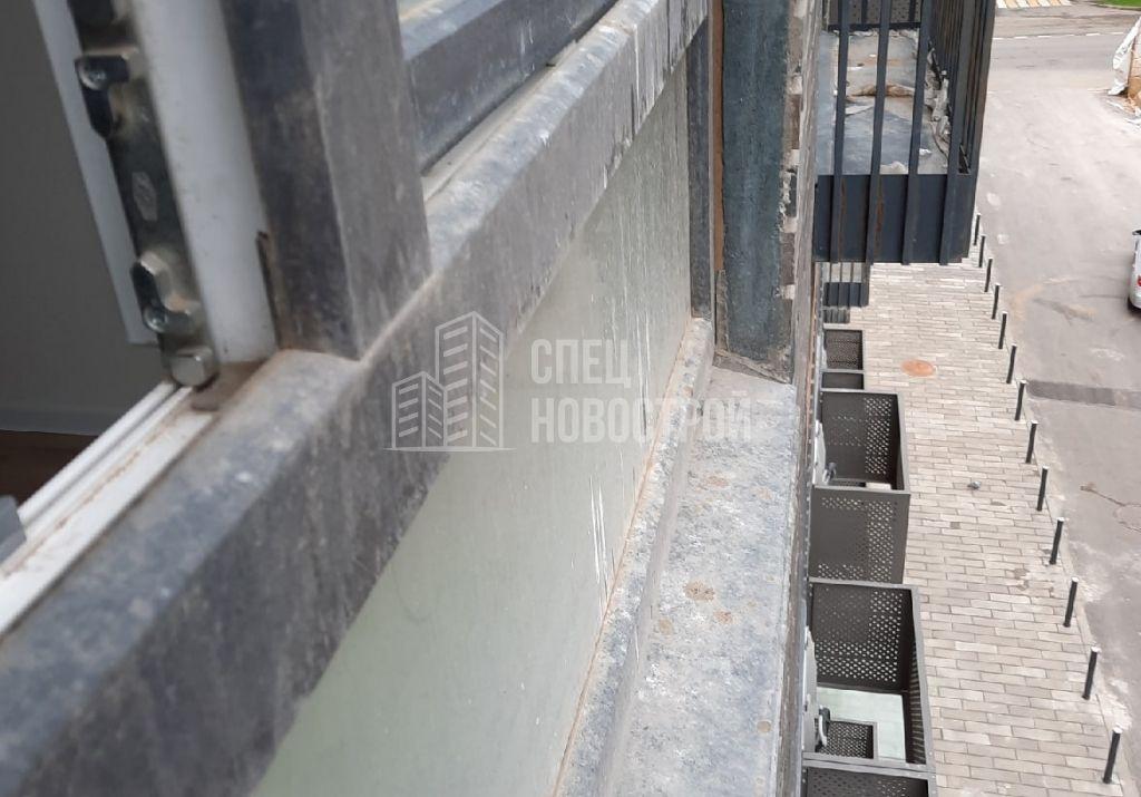 остатки строительного раствора на профилях оконного блока и отливе