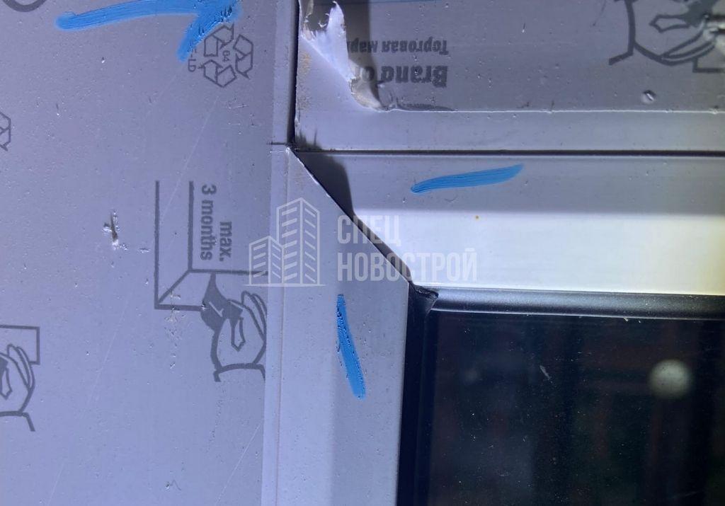 уступы между смежными штапиками стеклопакетов балконных дверей