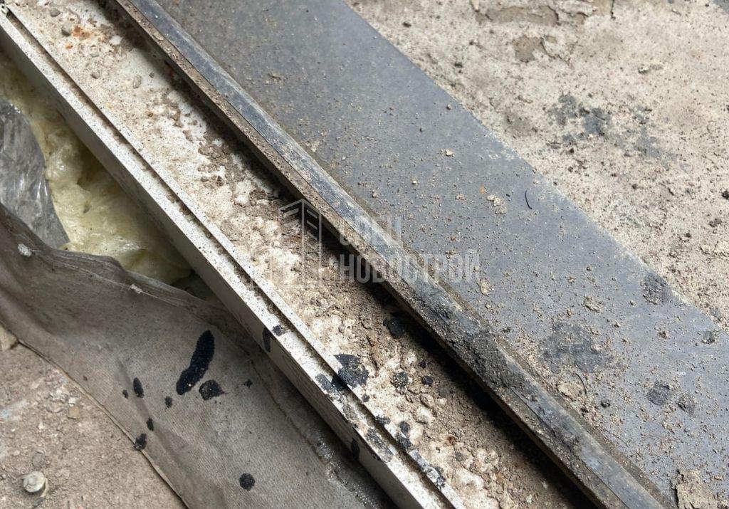 остатки строительного мусора в притворах дверей балконных блоков