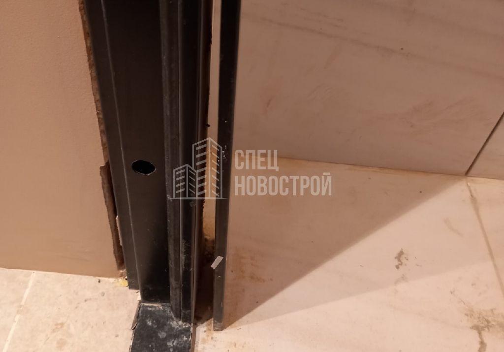 не закреплен наличник входной двери