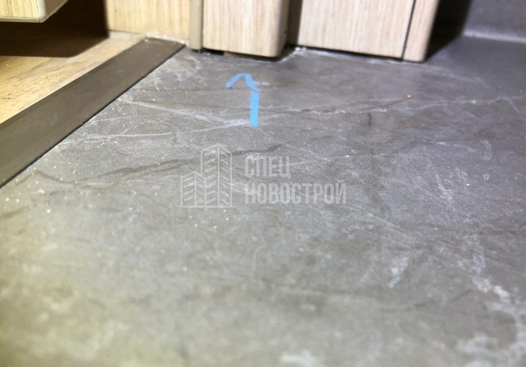 коротко подрезан дверной короб на примыкании к напольной плитке