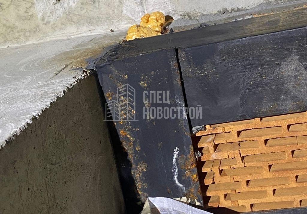 следы коррозии на перемычках проемов балконных блоков