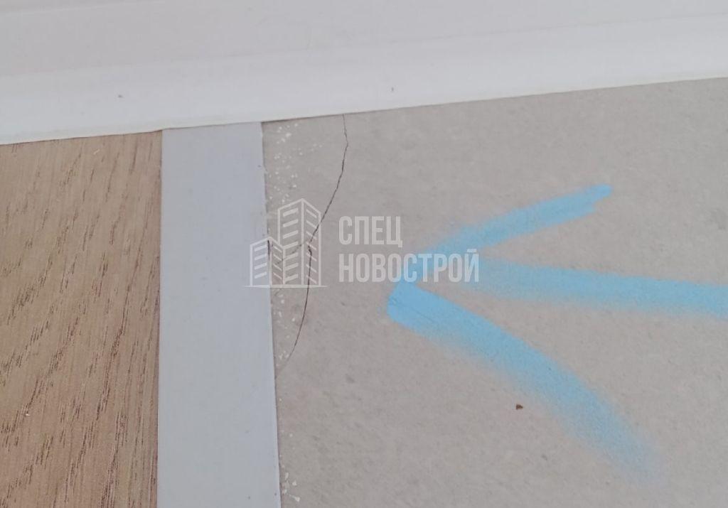 трещины на напольной плитке