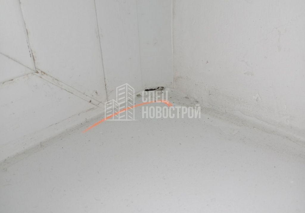 нащельник коротко подрезан на примыкании к подоконнику