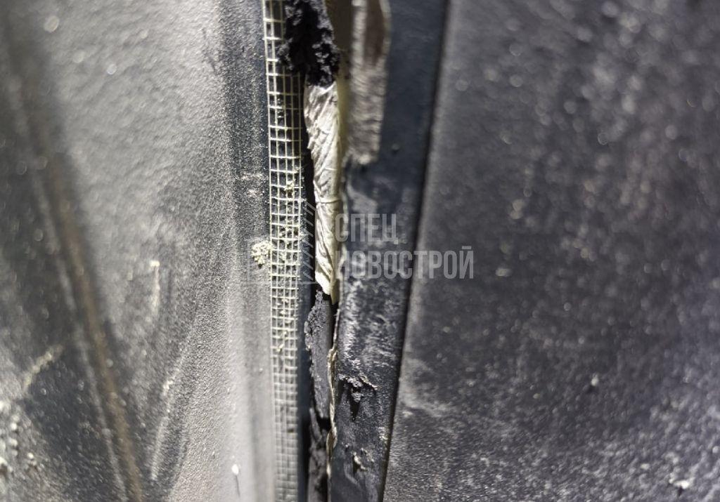 повреждён уплотнитель на дверном полотне (в притворе входной двери)